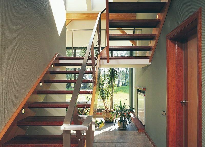 Schody łączące dom z poddaszem. Na co zwrócić uwagę?