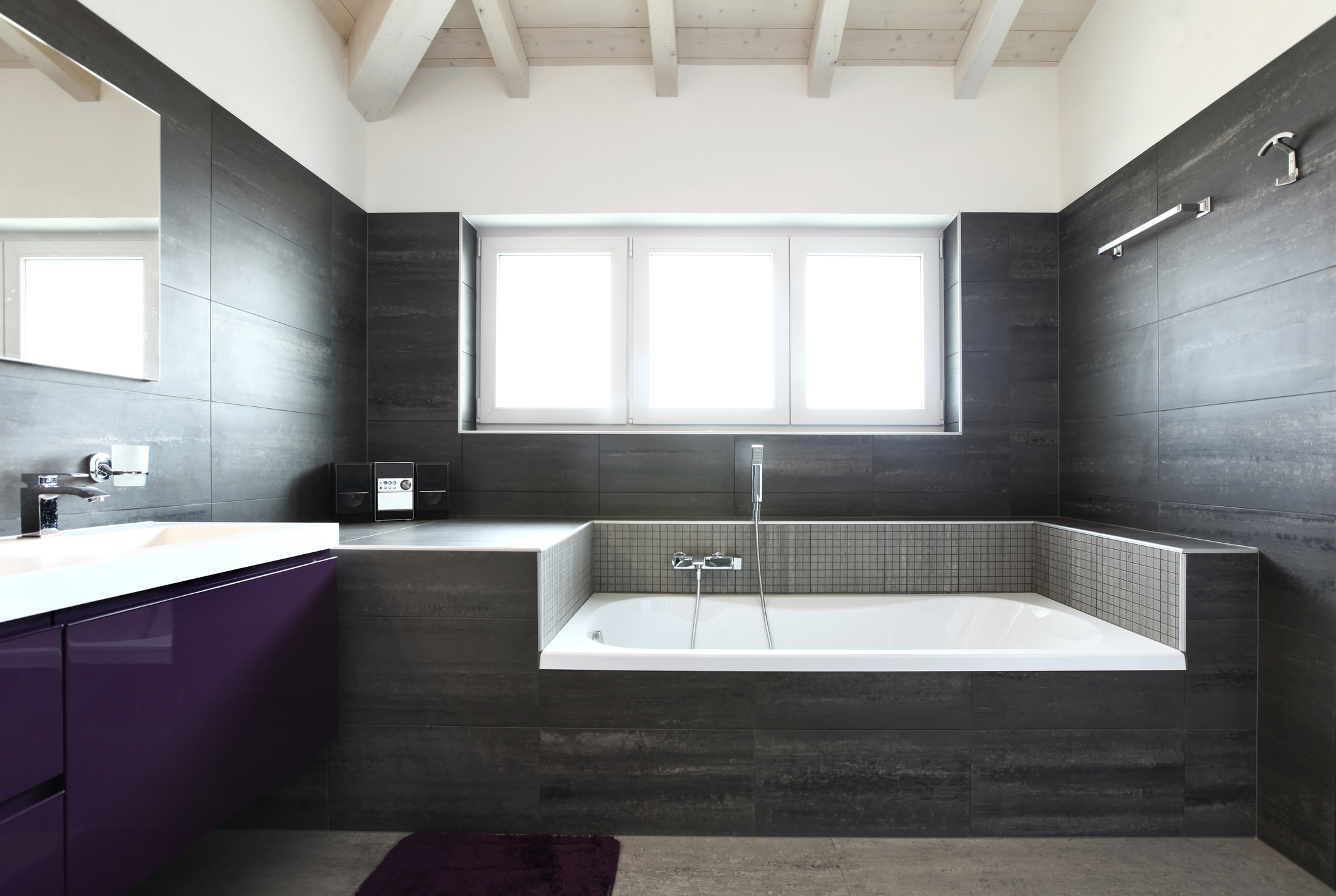 Szara łazienka - fioletowy