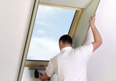 Montaż okna dachowego - wykończenie wnęki okiennej z zastosowaniem szpalet. Galeria
