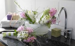 Pierwsze wiosenne kwiaty i bukiety w Twoim domu. Sposoby na zaproszenie wiosny do wnętrz