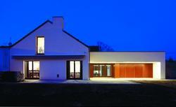 Rozbudowa domu na wsi - nowoczesny dom z wiejskim rodowodem