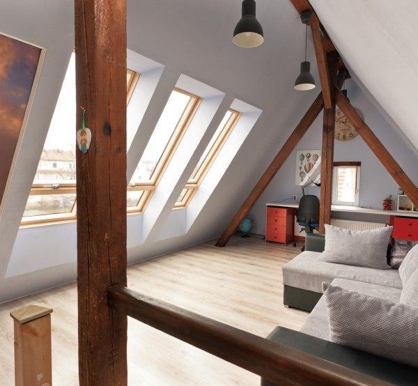 Okna dachowe w pokoju na poddaszu