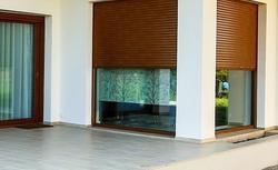 Stolarka otworowa domu energooszczędnego. Bramy garażowe, rolety zewnętrzne i okna pasywne