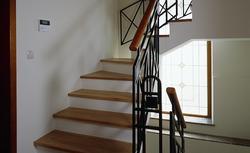 Schody drewniane. Jakie gatunki drewna są najlepsze do budowy schodów?