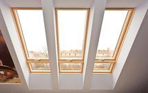 Duże okna połaciowe. Jak je prawidłowo rozmieścić i wbudować w połać dachu?