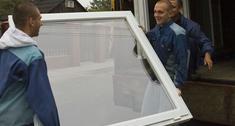Montaż stolarki. Jak montować okna, drzwi wejściowe oraz bramy garażowe. Najważniejsze zasady.