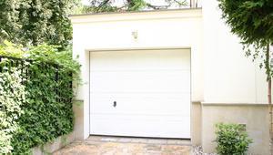 Bramy garażowe. Zabezpieczenia antywłamaniowe i dobra izolacyjność termiczna