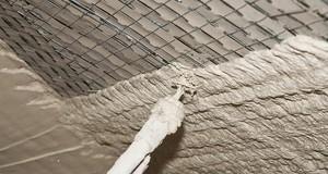 Tynki maszynowe gipsowe i cementowo-wapienne. Wykonanie, koszty i zalety tynków maszynowych