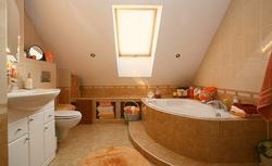 Łazienka na poddaszu pod dachem dwuspadowym - 3 projekty, jak urządzić łazienkę